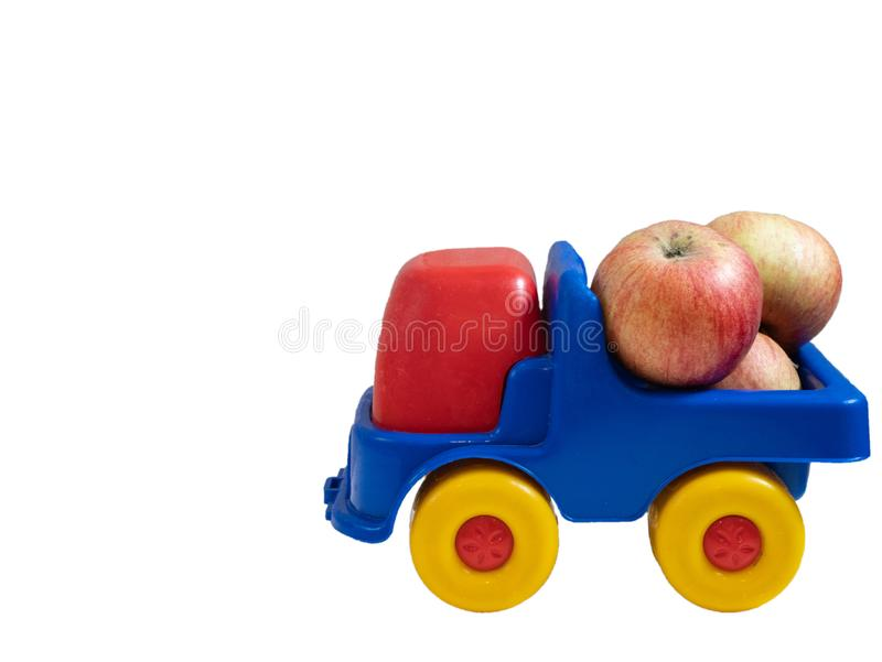 Mała kolorowa zabawkarska samochód ciężarówka z jabłczanymi owoc fotografia royalty free
