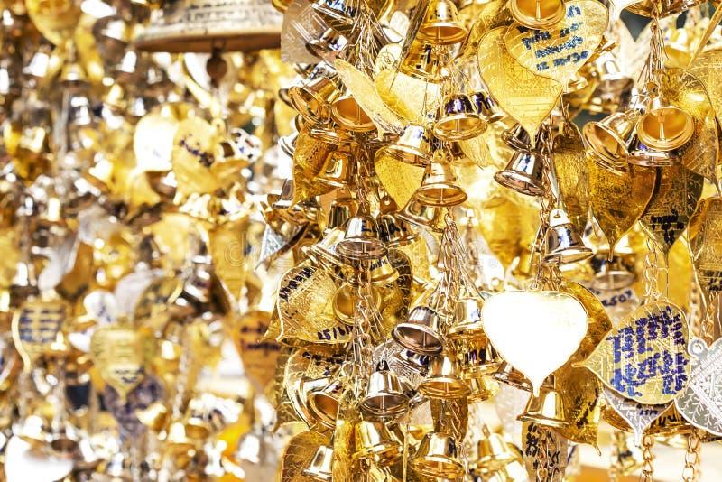 Mała liczba złociści i srebni dzwony wieszał dla błogosławieństw zdjęcie royalty free