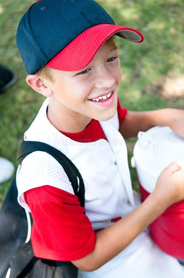 Mała liga gracz baseballa szczęśliwy po gry. zdjęcia royalty free