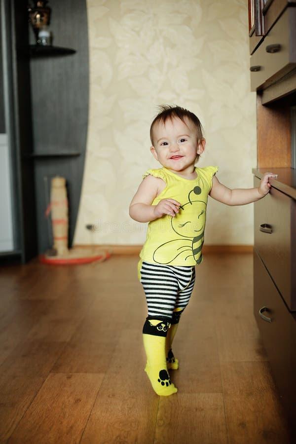 Mała matki córka pozuje w odziewa z wzorem żółte pszczoły obrazy royalty free