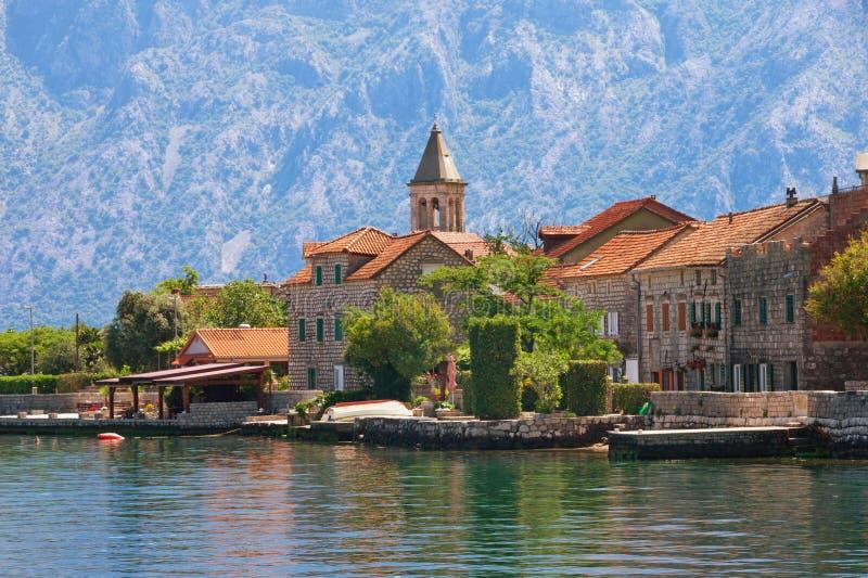 Mała nadmorski wioska w tle góry Montenegro Widok zatoka Kotor i Stoliv wioska na pogodnym letnim dniu fotografia stock