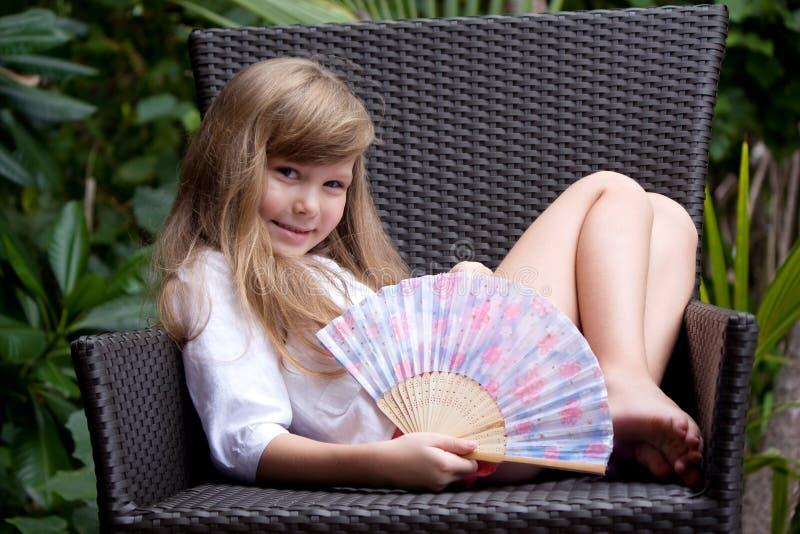 mała ogrodowa krzesło dziewczyna zdjęcia royalty free