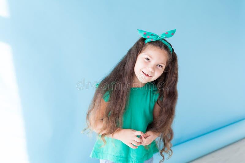 Mała piękna dziewczyna z łękiem i pigtails obrazy stock
