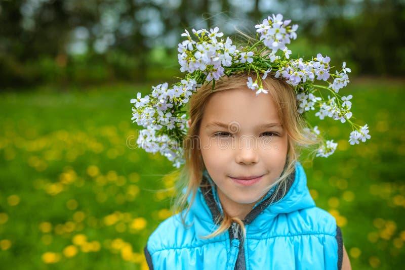 Mała piękna dziewczyna z kwiecistym wiankiem zdjęcia stock