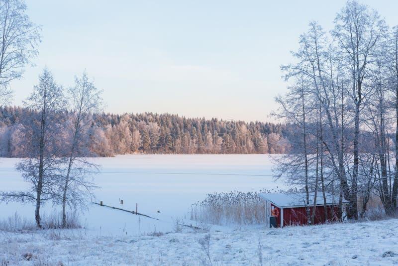 Mała plaża jeziorem przy zimą obrazy stock