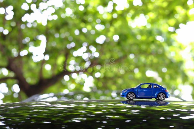 Mała pojazdu samochodu zabawki jeżdżenia podróży wycieczka samochodowa w naturze zdjęcia stock