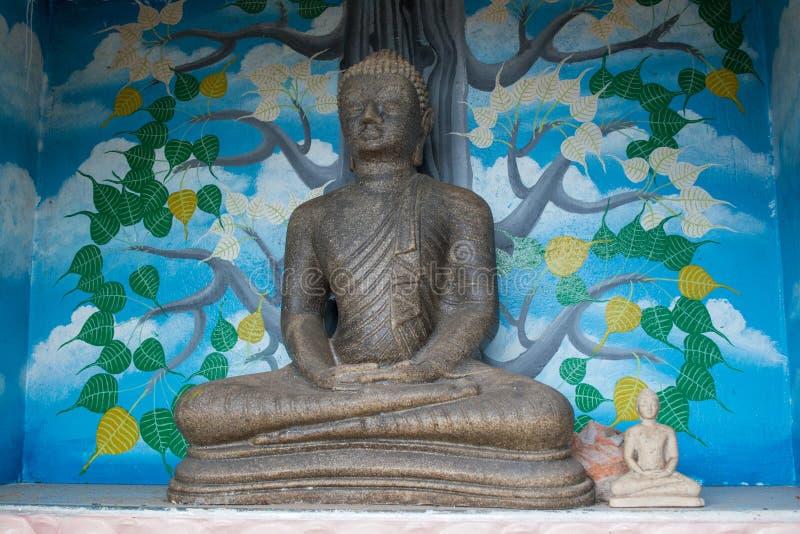 Mała popielata statua Buddha blisko świątyni obraz royalty free