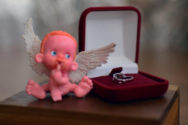 Mała postać ange z focusl obsiadania na biżuterii pudełku zamkniętym w górę lub blisko zdjęcie royalty free