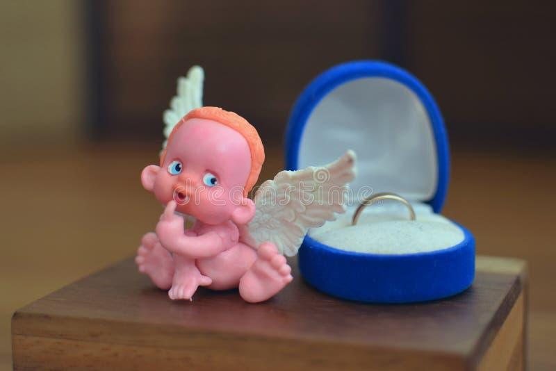 Mała postać anioła obsiadanie na biżuterii pudełku zamkniętym w górę lub blisko zdjęcia stock
