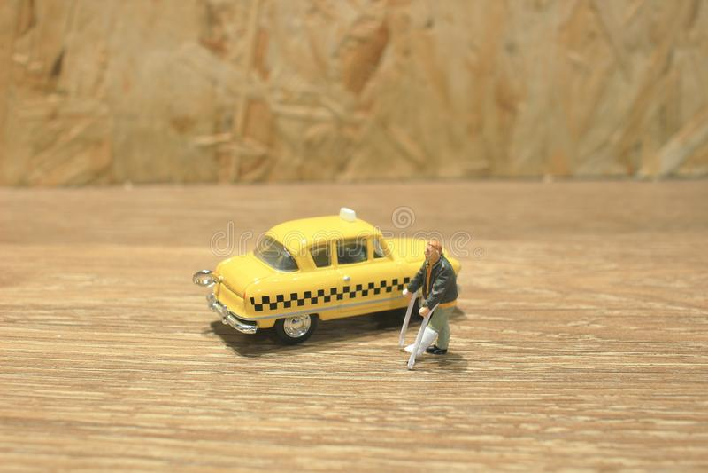 mała postać medycyny szczudła czekania taxi fotografia royalty free