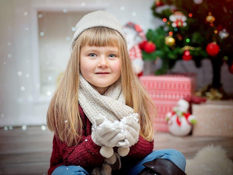 Mała powabna dziewczyna na nowego roku ` s tle zdjęcia stock