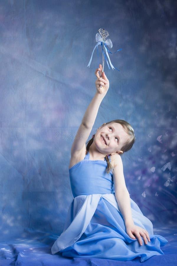 Mała princess dziewczyna posiing w studiu obraz royalty free
