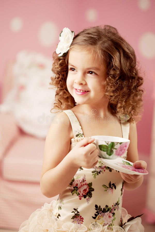 Mała słodka dziewczyna z herbatą obrazy stock