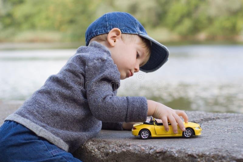 mała samochodów, chłopcze zdjęcia royalty free