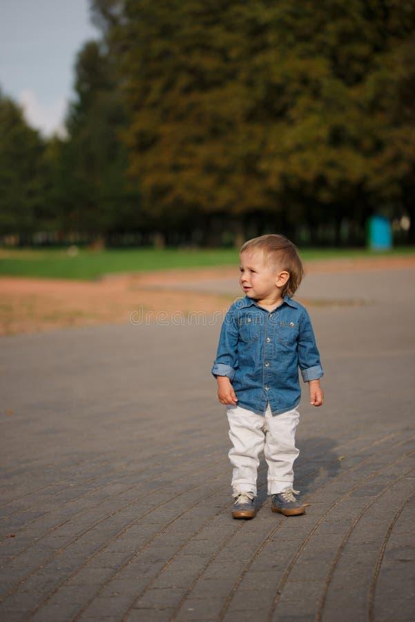 Mała samotna chłopiec w parku obraz stock