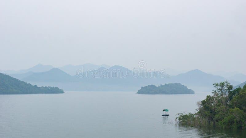 Mała samotna tratwa w jeziorze obrazy stock