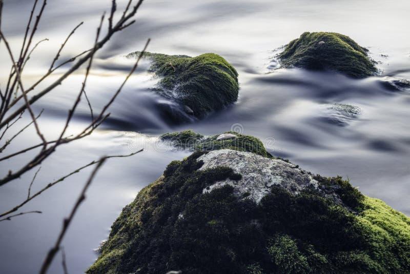 Mała siklawa i skały z niektóre zieleń fotografia stock