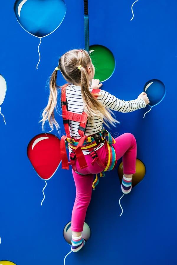 Mała sporty dzieciak dziewczyna na pięcie ścianie obrazy royalty free
