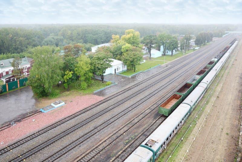 Mała stacja kolejowa i kolejowa trasa zdjęcie stock