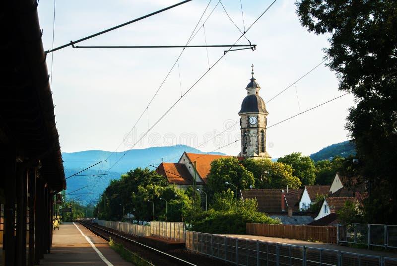 Mała stacja kolejowa, wierza z zegarem, domy z dachówkowymi dachami i góry przy tłem, Nagymaros obraz royalty free