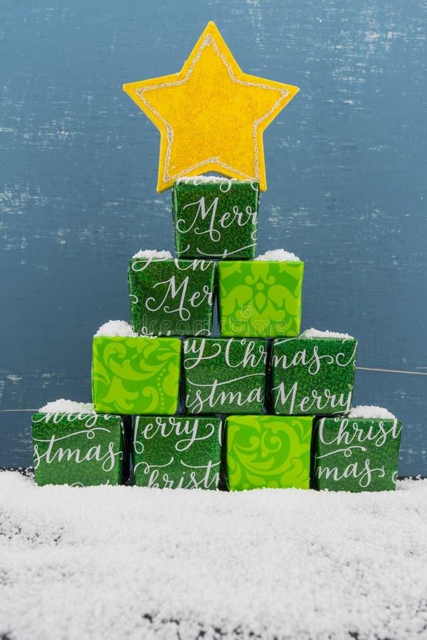 Mała sterta prezenty I śnieg z błękitem zdjęcia stock