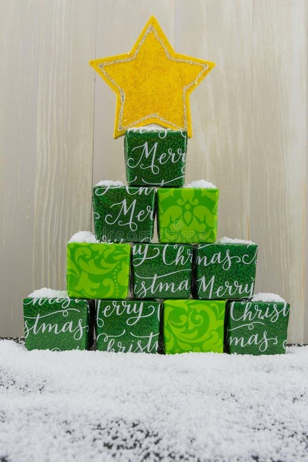 Mała sterta prezenty z śniegiem obraz stock