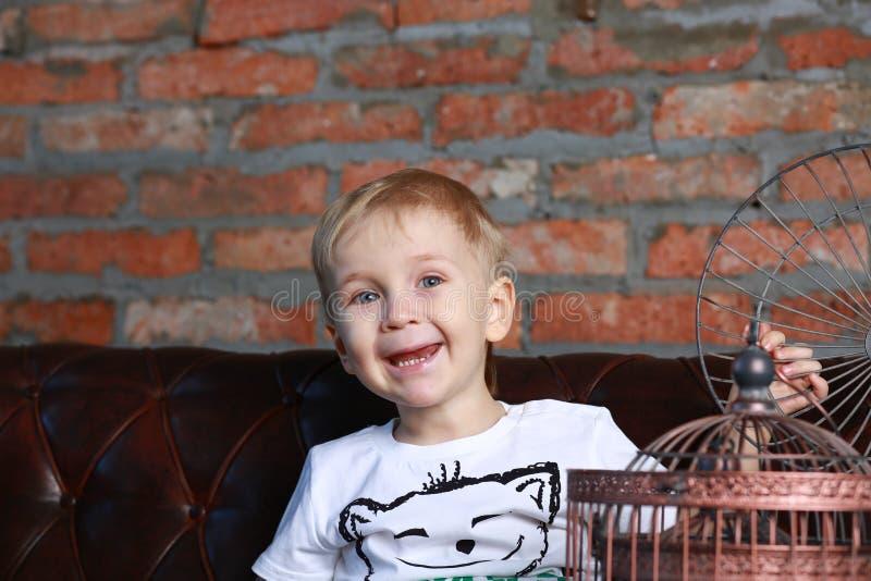 Mała szczęśliwa chłopiec z birdcage fotografia stock
