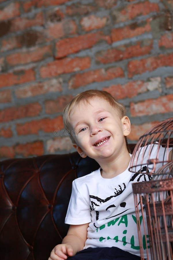 Mała szczęśliwa chłopiec z birdcage obrazy stock