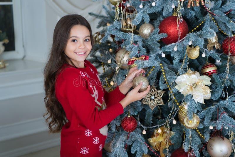 mała szczęśliwa dziewczyna przy bożymi narodzeniami szczęśliwego nowego roku, ranek przed Xmas Nowego Roku wakacje Boże Narodzeni zdjęcie royalty free