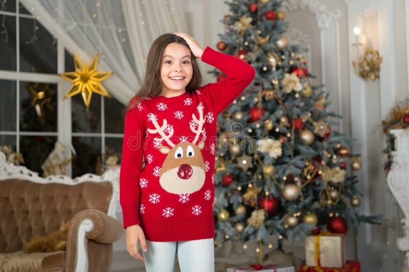 mała szczęśliwa dziewczyna przy bożymi narodzeniami szczęśliwego nowego roku, Ranek przed Xmas Nowego Roku wakacje Boże Narodzeni zdjęcie stock