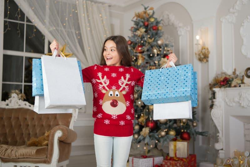 mała szczęśliwa dziewczyna przy bożymi narodzeniami szczęśliwego nowego roku, Ranek przed Xmas Nowego Roku wakacje Boże Narodzeni obrazy royalty free