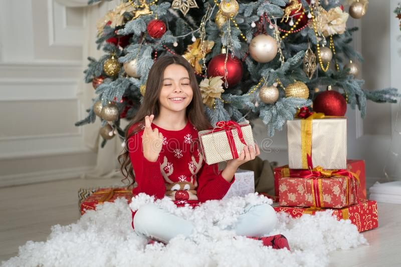 mała szczęśliwa dziewczyna przy bożymi narodzeniami szczęśliwego nowego roku, Ranek przed Xmas Nowego Roku wakacje Boże Narodzeni obraz royalty free