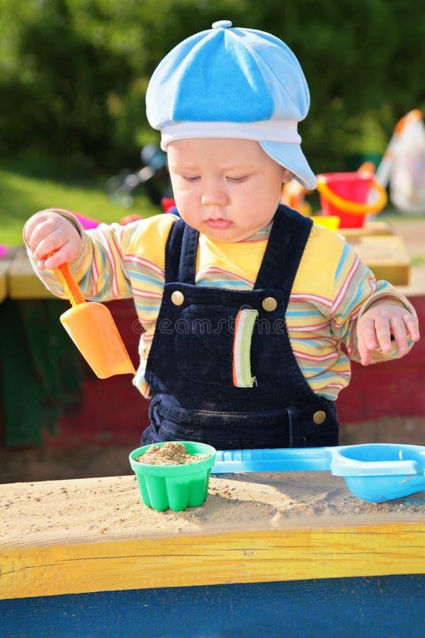 mała sztuki piaskownica chłopcze zdjęcie royalty free