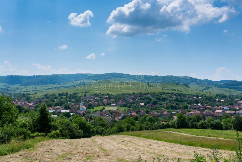Mała Transylvanian wioska przy latem, niebieskie niebo z białymi chmurami zdjęcie royalty free