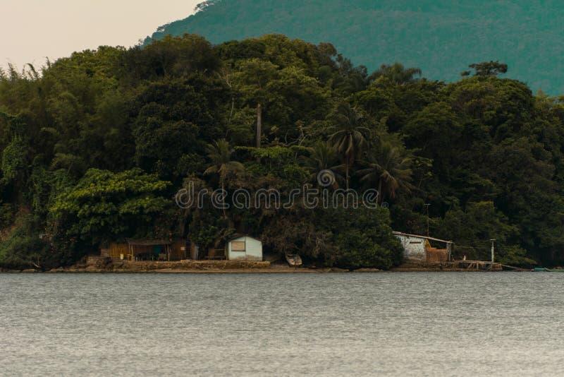 Mała tropikalna wyspa blisko Paraty, Brazylia obraz stock
