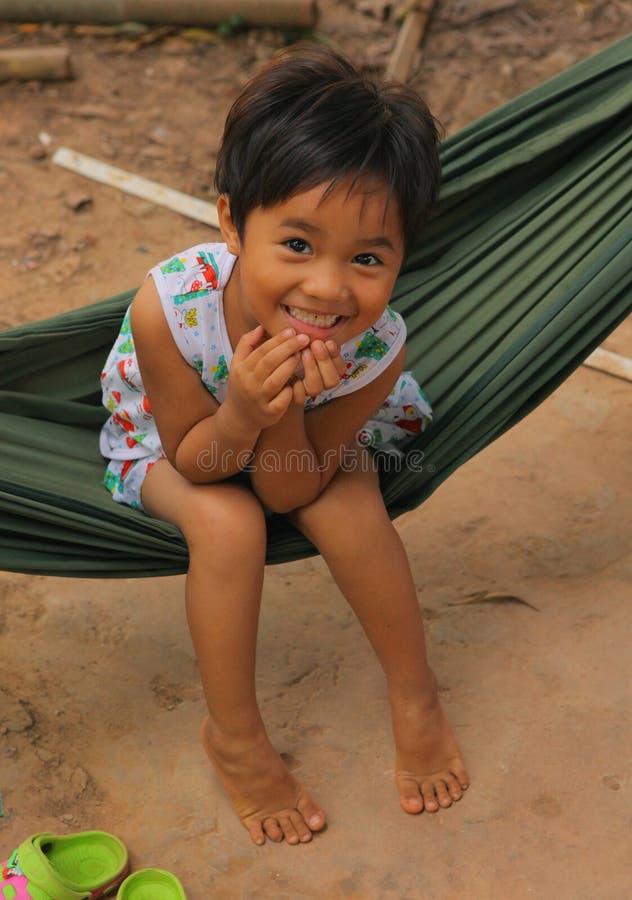 Mała uśmiechnięta azjatykcia dziewczyny huśtawka w hamaku obrazy royalty free