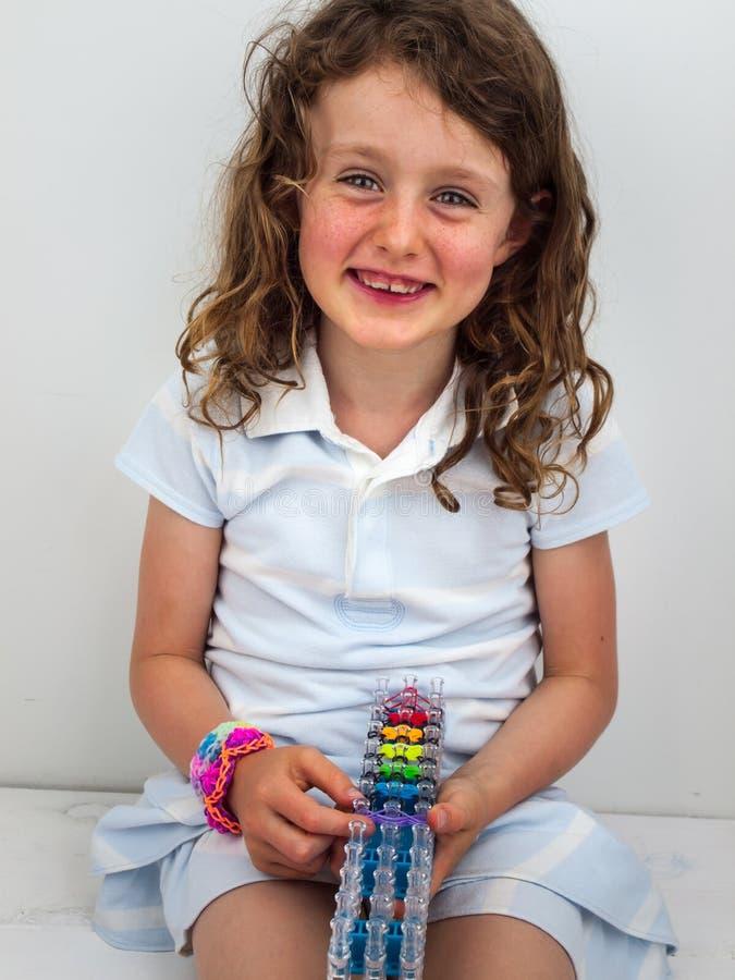 Mała uśmiechnięta dziewczyna z zespołu krosienkiem zdjęcie stock