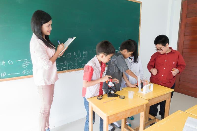 Mała uczeń nauki nauka w sala lekcyjnej obraz stock