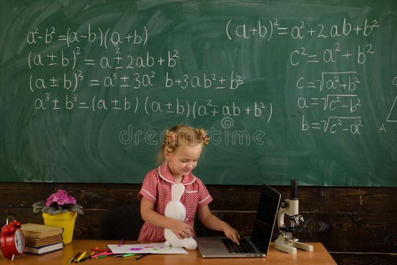 Mała uczennicy sztuki gra komputerowa w sali lekcyjnej Dostaje w grą fotografia stock