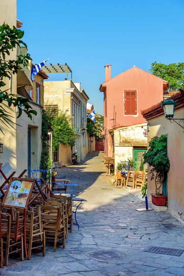 Mała ulica z kolorów domami i kamienistą drogą przy starym miasteczkiem Ateny, Grecja fotografia stock