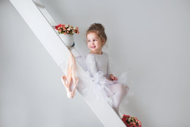 Download Mała Urocza Młoda Balerina W Figlarnie Nastroju Obraz Stock - Obraz złożonej z joyce, klasy: 65225103