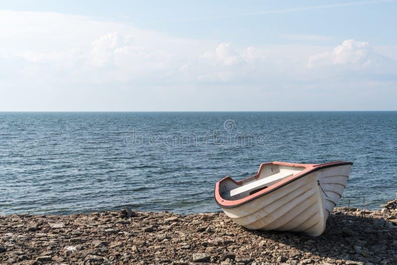 Mała wioślarska łódź wybrzeżem obraz royalty free