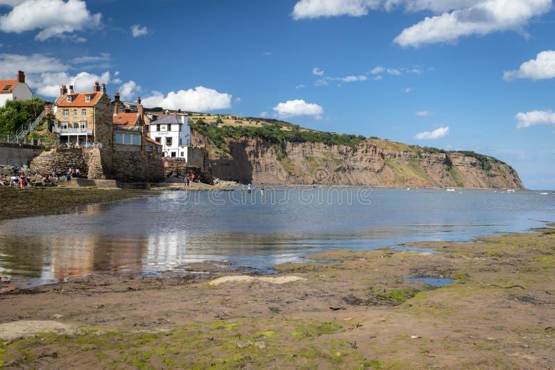 Mała wioska rybacka rudzika kapiszonu ` s zatoka w North Yorkshire zdjęcie stock