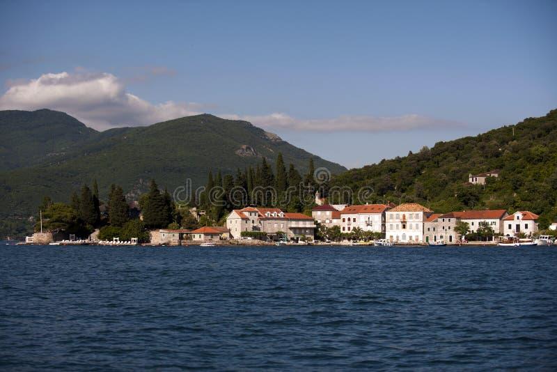 Mała wioska rybacka Wzrastał w zatoce Herceg Novi na wybrzeżu Montenegro przed zmierzchem zdjęcia royalty free