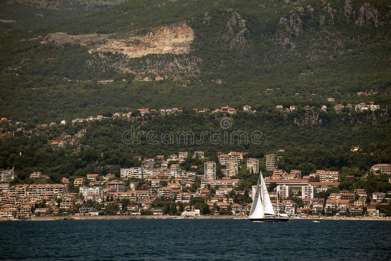 Mała wioska rybacka Wzrastał w zatoce Herceg Novi na wybrzeżu Montenegro przed zmierzchem zdjęcie royalty free