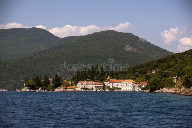 Mała wioska rybacka Wzrastał w zatoce Herceg Novi na wybrzeżu Montenegro przed zmierzchem obraz stock