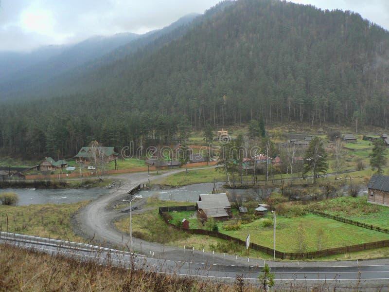 Mała wioska w dolinie między górami zdjęcie royalty free