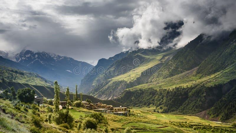 Mała wioska w dużym moutain przy Kaszmir obrazy stock