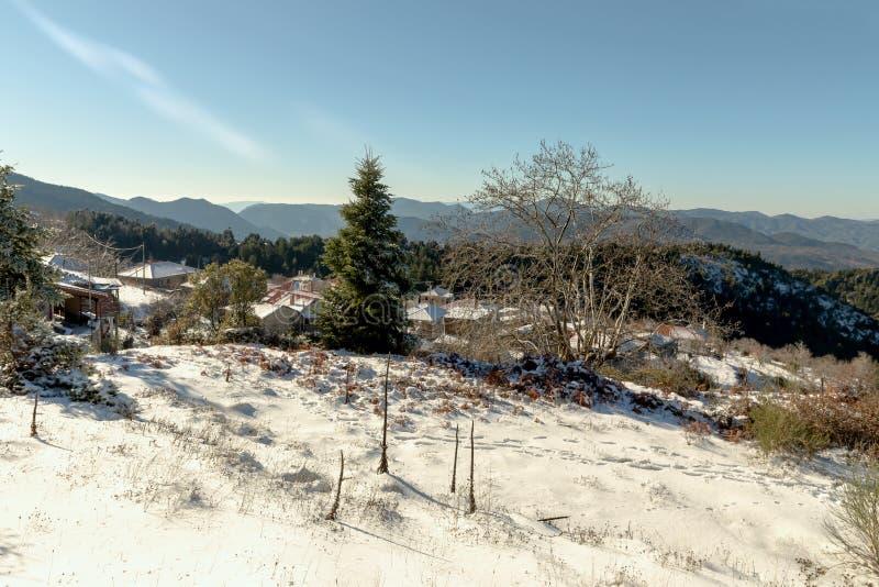 Mała wioska w górach w zimie zdjęcie stock