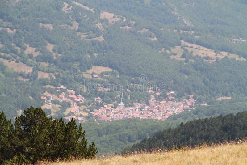 Mała wioska z wierzchu Koritnik, Kosowo zdjęcie stock